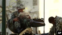 开罗街头装甲车上的军人阅读报纸