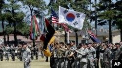 3일 경기도 의정부시 캠프 레드클라우드에서 열린 미한연합사단 편성식에서 군인들이 태극기와 성조기를 들고 있다.