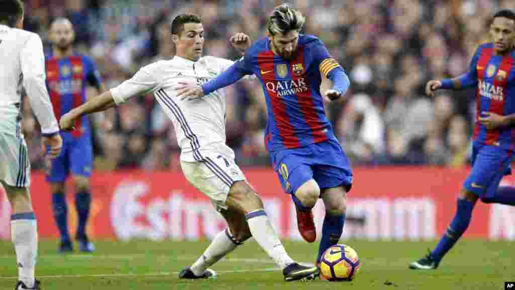 Lionel Messi, et Cristiano Ronaldo lors d'un match de football entre le FC Barcelone et le Real Madrid au Camp Nou àBarcelone, le 3 décembre 2016.