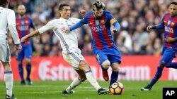 Lionel Messi et Cristiano Ronaldo au coude à coude lors d'un match à Barcelone, Espagne, le 3 décembre 2016.