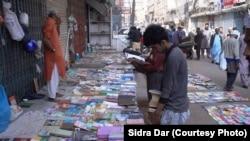 کراچی میں کتابوں کے فٹ پاتھ بازار کا ایک منظر