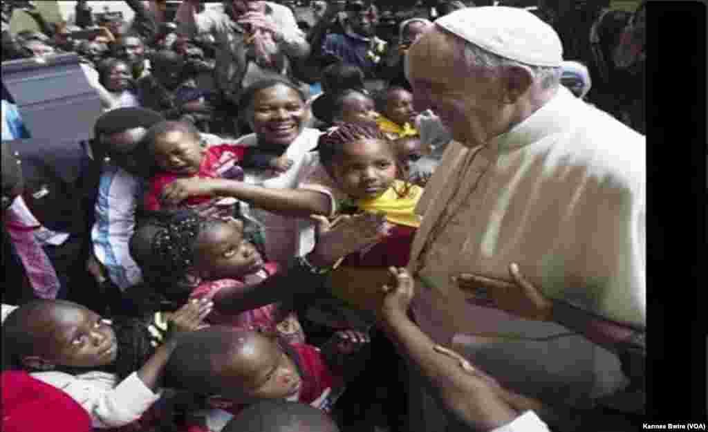 Papa Francis akiwasalimia watoto kwenye nyumba ya wazee Nalukokongo