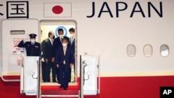 日本首相菅义伟率领日本代表团抵达美国马里兰州的安德鲁斯空军基地。(2021年4月15日)