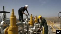 兩名技術人員在位於伊朗首都德克蘭西南800公里的一個油田檢查石油設施。(資料圖¤