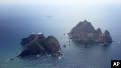 Dãy đảo này được người Triều Tiên gọi là Dokdo, còn Nhật gọi là Takeshima.
