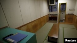 Bên trong một phòng giam tại Trung tâm Di trú miền Đông Nhật Bản.