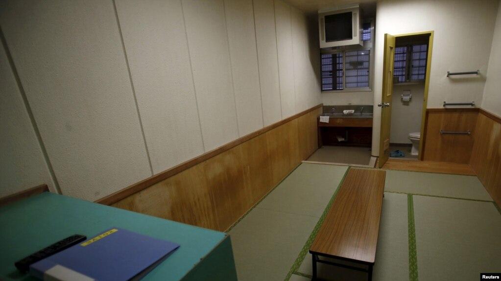 bên trong một phòng giam chung tại Trung tâm Giam giữ Di trú Đông Nhật Bản