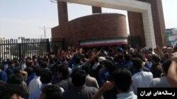 کارگران گروه ملی فولاد اهواز بار دیگر مقابل استانداری خوزستان تجمع کردند.