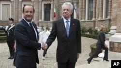 Tổng thống Pháp Francois Hollande (trái) và Thủ tướng Ý Mario Monti