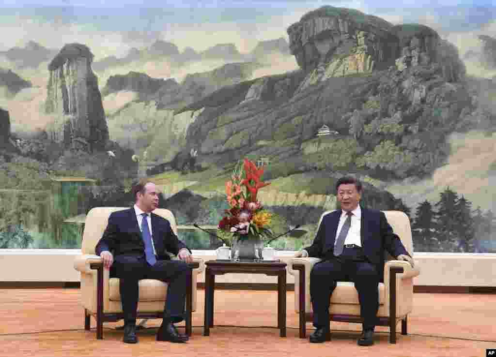 中国国家主席习近平在北京人民大会堂会见俄罗斯总统办公厅主任瓦伊诺(2018年10月17日)。习近平没有会见10月8日短暂访问北京的美国国务卿蓬佩奥,而蓬佩奥在美国的地位高于瓦伊诺在俄罗斯的地位,这显示目前的美俄关系好于美中关系。