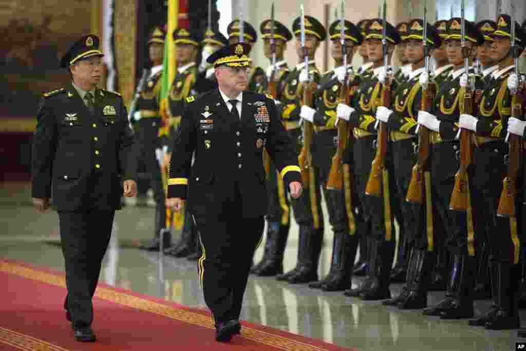 2016年8月16日,在北京八一大楼欢迎美国陆军参谋长马克·米利(Mark Milley,右)将军的仪式上,中国陆军司令李作成上将和米利上将检阅仪仗队。 李作成是中国为数不多的具有实战经验的上将之一。
