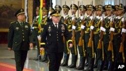 Dari kiri: Jenderal Li Zuocheng (China) dan Jenderal Mark A. Milley (AS) berjalan melewati barisan kehormatan dalam upacara penyambutan tamu negara China di Beijing , 16 Agustus 2016. (AP Photo/Mark Schiefelbein, Pool)