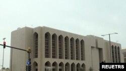 Tampak dalam gambar beberapa kendaraan berhenti di lampu merah di depan gedung Bank Sentral Uni Arab Emirat di Abu Dhabi pada 29 Januari 2013. Bank tersebut baru-baru ini meluncurkan laporan mengenai peningkatan tindakan ilegal selama pandemi COVID-19. (Foto: Reuters/Ben Job)