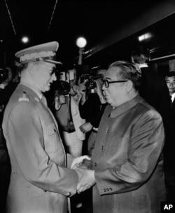 지난 1984년 5월 폴란드 바르샤바를 방문한 김일성 북한 주석(오른쪽)이 보이체흐 야루젤스키 폴란드 국가평의회 의장의 영접을 받고 있다.
