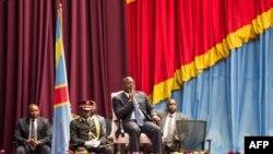 Perezida Joseph Kabila mu nama nshingamateka, inyuma y'umusi umwe Umushikiranganji wa mbere Augustin Matata atanze imihoho, Itariki 15/11/2016, i Kinshasa.