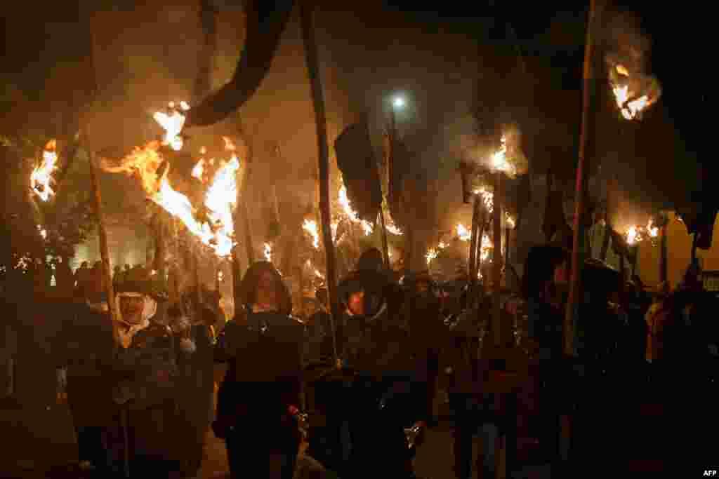 ប្រជាជនក្រុង Mayorga លើកដុំក្រណាត់ដែលត្រូវបានដុតបញ្ឆេះ ស្របពេលដែលពួកគេចូលរួមនៅក្នុងពិធី «Vitor's Civic Procession» ក្នុងក្រុង Mayorga ជិតក្រុង Valladolid កាលពីថ្ងៃទី២៧ ខែកញ្ញា ឆ្នាំ២០១៦។