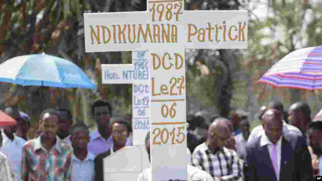 Inshuti n'abagenzi bariko baragandara ku maziko ya Patrick Ndikumana, ku musi wa gatanu, italiki zitatu z'ukwezi kw'indwi, umwaka w'2015, i Bujumbura, mu Burundi. Ku bw'inshuti ziwe, Ndikumana yishwe mu gitero c'igipolisi kw'Ijabe mu ndwi iheze.