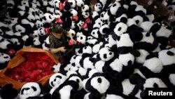 Seorang pekerja memeriksa boneka panda yang akan diekspor untuk pasar Amerika dan Eripa di pabrik boneka Lianyungang, Jiangsu, China (foto: ilustrasi).