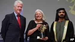 Nancie Atwell, centro, recibió el premio en marzo de 2015 en Dubai. Atwell es fundadora de un centro de aprendizaje y enseñanza en Maine.
