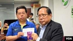 香港民主黨成員林子健(左)與支聯會主席何俊仁展示打算送給劉霞的美斯親筆簽名相片 (美國之音特約記者 湯惠芸拍攝 )