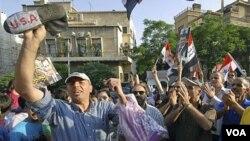 Para pendukung Presiden Bashar al-Assad melakukan protes di depan Keduutaan Besar AS di Damaskus (8/7). Demonstran memrotes campur tangan Dubes Robert Ford dalam konflik di Suriah.