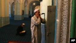 Seorang muazin sedang mengumandangkan azan di sebuah masjid (foto: ilustrasi).
