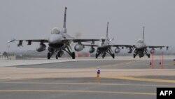 지난해 4월 미-한 '맥스선더' 연합훈련에 참가한 미 공군 F-16 전투기들이 한국 군산 공군기지에서 이륙 대기 중이다.