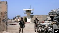 Bağdat'a yakın Ebu Garip hapishanesinin önünde bekleyen Iraklı askerler