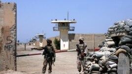 Vojnici iračke armije ispred zatvora Abu Graib (arhivski snimak)