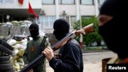 Naoružani proruski borci ispred gradske skupštine u Marijupolu
