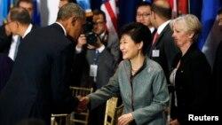 지난 24일 박근혜 한국 대통령이 미국 뉴욕 유엔본부에서 열린 유엔사무총장 주최 오찬에서 오바마 미국 대통령과 만나 인사하고 있다. (자료사진)