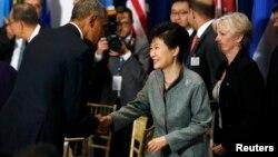 지난해 9월 박근혜 한국 대통령이 미국 뉴욕 유엔본부에서 열린 유엔사무총장 주최 오찬에서 오바마 미국 대통령과 만나 인사하고 있다. (자료사진)