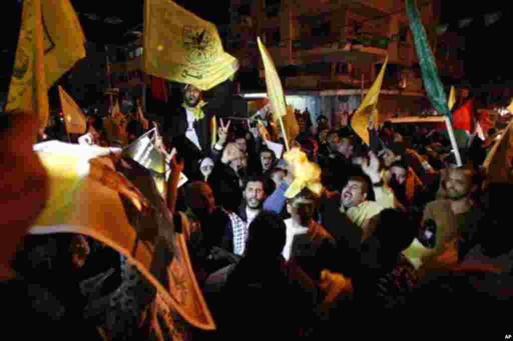 Warga Palestina di kota Gaza merayakan pengakuan PBB atas negara mereka dan peningkatan status menjadi negara pengamat non-anggota (29/11). (AP/Adel Hana)