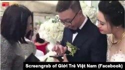 Hình ảnh cô dâu chú rể nhận tiền mừng qua giao dịch thẻ điện tử trong một video gây nhiều tranh luận trên mạng xã hội. (Ảnh chụp màn hình Facebook Giới Trẻ Việt Nam)