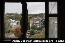 Вигляд на п'ятиповерхівку, в якій живе Софія, із іншої розбитої обстрілами дев'ятиповерхівки. Красногорівка, вересень 2019 року