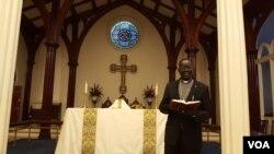 미국 버지니아주 알렉산드리아의 세인트폴 교회에서 남수단인들의 예배를 인도하는 쏜 모지스 촐 목사.
