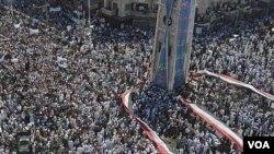 Demonstrasi besar-besaran di kota Hama hari Jumat (29/7), dua hari sebelum tentara Suriah kembali melakukan penyerbuan ke kota ini.
