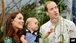 영국 왕실 조지 왕자가 첫 돌을 맞은 지난 7월 21일 윌리엄 왕세손 부부가 가족사진을 공개했다.