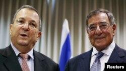 지난 8월 이스라엘 텔아비브에서 리언 파네타 미국 국방장관(오른쪽)과 공동 기자회견을 가진 에후드 바락 이스라엘 국방장관. (자료사진)