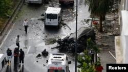 استنبول میں بم حملے کا نشانہ بننے والی پولیس بس کے قریب ایک تباہ شدہ وین کھڑی ہے۔