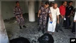 星期一巴勒斯坦和以色列的安全人員檢查在西岸受損的一家清真寺
