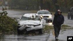 Một chiếc xe bị đè bẹp tại Bay Shore, New York, ngày 29/10/2012. Bão Sandy mang những trận gió mạnh và mưa như trút, ảnh hưởng tới một khu vực rộng lớn trải dài từ tiểu bang Nam Carolina cho tới tiểu bang New York