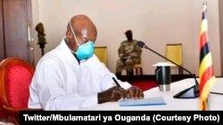 Président Yoweri Museveni ya Ouganda azali kotia manzaka na boyokani na mbulamatari ya RDC na Kampala, Ouganda, 27 mai 2021. (Twitter/Mbulamatari ya Ouganda)