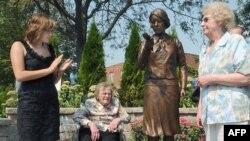 Bức tượng đồng một phụ nữ kích cỡ như người thật được dựng ở địa điểm trước đây là nhà máy Luminous Processes