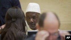 Lãnh chúa Congo Thomas Lubanga nói chuyện với luật sư của mình trong phòng xử án của Tòa án Hình sự Quốc tế