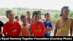 Anak-anak Aceh mengunjungi kamp Aceh Utara.