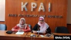 Komisioner KPAI Bidang Pendidikan Retno Listyarty (kanan) di Kantor KPAI, Jakarta. (Foto dok: VOA/Ghita)