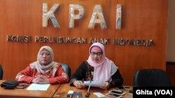 Komisioner KPAI Bidang Pendidikan Retno Listyarty (kanan) dalam konferensi pers Catahu Trend Pelanggaran Hak Anak di Bidang Pendidikan, di Kantor KPAI, Jakarta, Kamis, 27 Desember 2018. (Foto: VOA/Ghita)