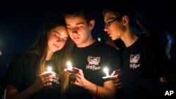 Những người đến dự buổi thắp nến tưởng niệm các nạn nhân thiệt mạng trong vụ nổ súng tại trường trung học phổ thông Marjory Stoneman Douglas, ngày 15 tháng 2, 2018, ở Parkland, Florida.