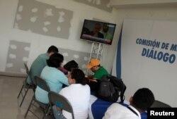 Para wartawati dan wartawan menyaksikan siaran langsung antara perwakilan pemerintah Nikaragua dan kelompok sipil di Manaqua, Nikaragua, 15 Juni 2018. (Foto: Jorge Cabrera/ Reuters)